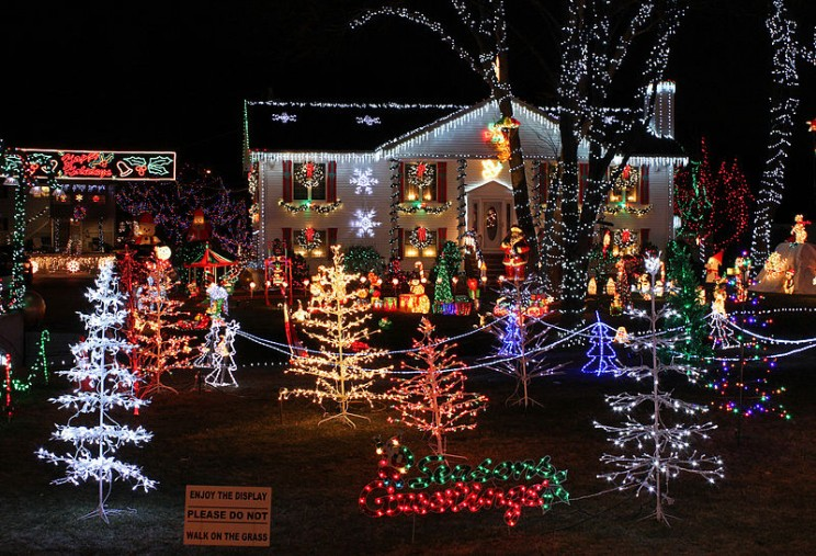 800px-Christmas_Lights_house_display