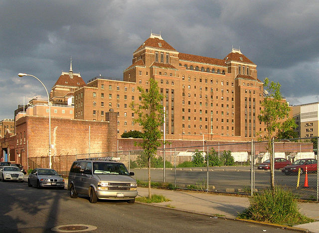 Looking east along Winthrop at Kings County Hospital Center on a sunny late afternoon. Downstate Medical Center is south (right) of this building. Photo by Jim Henderson. Public domain via Wikimedia Commons.