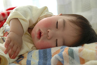 Sleeping baby by Minoru Nitta. CC BY 2.0 via Flickr.
