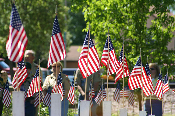 Memorial Day Flagged Crosses, Waverly, Minnesota. By Ben Franske (Own work) [GFDL (http://www.gnu.org/copyleft/fdl.html) or CC-BY-SA-3.0-2.5-2.0-1.0 (http://creativecommons.org/licenses/by-sa/3.0)], via Wikimedia Commons