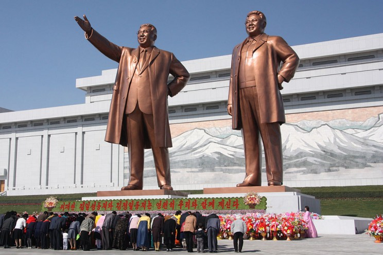 The statues of Kim Il Sung and Kim Jong Il on Mansu Hill in Pyongyang (april 2012). By J.A. de Roo. CC BY-SA 3.0 via Wikimedia Commons.