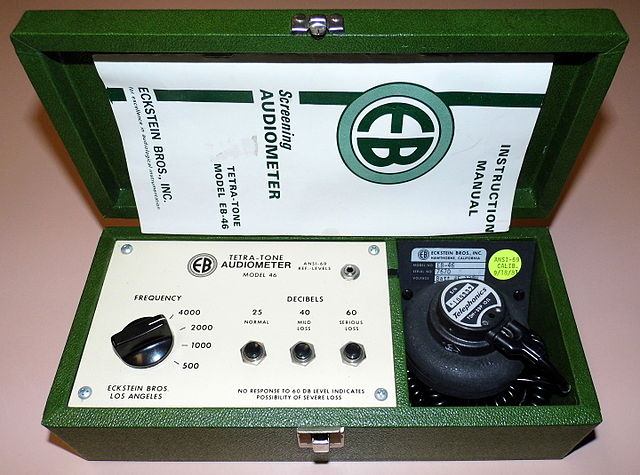 'Vintage Eckstein Bros., Inc. Screening Audiometer, Tetra-Tone Model EB-46, Circa 1975' by Joe Haupt. CC BY-SA 2.0 via Wikimedia Commons.
