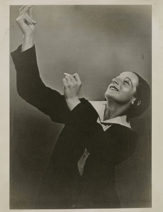 Dvora Lapson most likely in Beth Midrash (House of Study) (1936). Photographer unknown. Courtesy of the Jerome Robbins Dance Division, the New York Public Library for the Performing Arts, Astor, Lenox and Tilden Foundations and Beril Lapson.