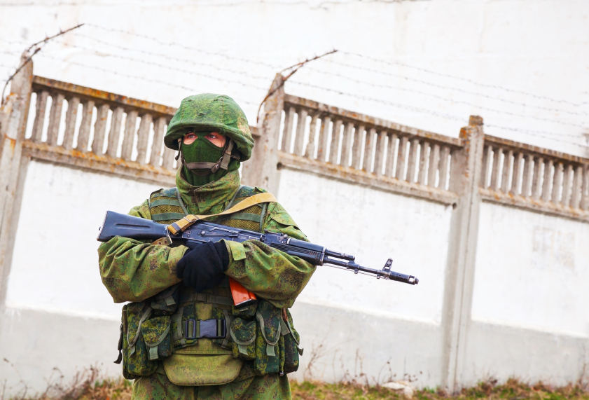 Perevalne, Ukraine - March 4, 2014: Russian soldier guarding an Ukrainian military base near Simferopol city. The Russian military forces invaded Ukrainian Crimea peninsula on February 28, 2014. © AndreyKrav via iStockphoto