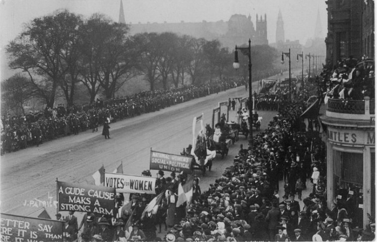 The Great Procession and Women's Demonstration, 1909 on Princes Street, Edinburgh. Photograph taken by James Patrick. The People's Story, Edinburgh Museums & Galleries. Public domain via Wikimedia Commons.