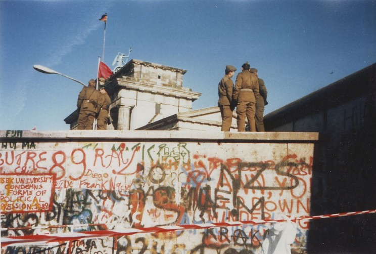 Berlin Wall on 16 November 1989. Photo by Yann. CC BY-SA 3.0 via Wikimedia Commons.