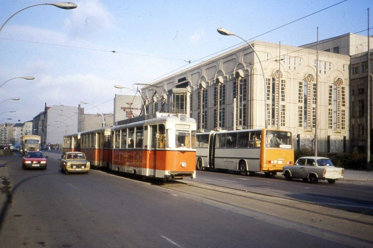 A 217 class REKO tram in Friedrichstrasse, route 46 from Niederschoenhausen to Friedrichsgracht, the turning circle in central Berlin shared with 25 and 49 route which also utilised the older style of tram. In the backgroud an articulated Ikarus bus of BVB. January 1990. photo by Felix O. CC BY-SA 2.0 via Wikimedia Commons.