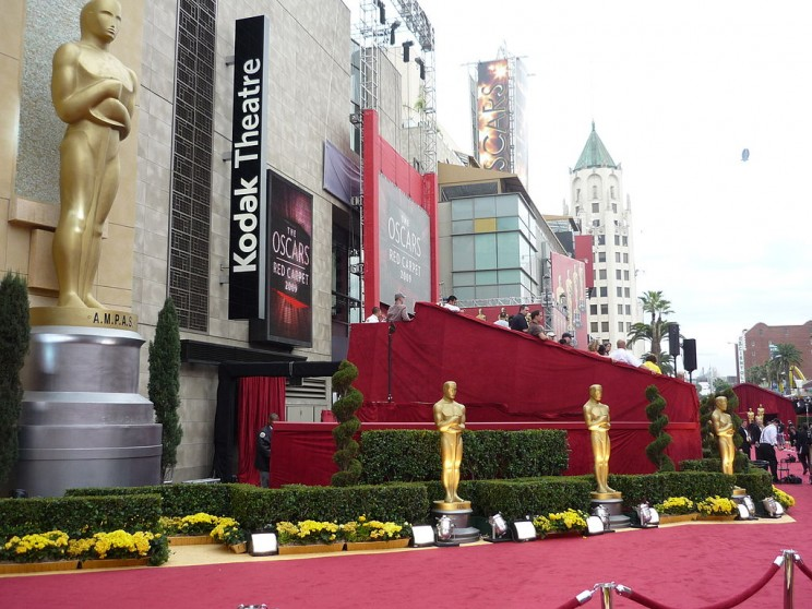 Red carpet at 81st Annual Academy Awards in Kodak Theatre, Los Angeles (2009). Photo by Greg in Hollywood (Greg Hernandez). CC BY 2.0 via Wikimedia Commons.