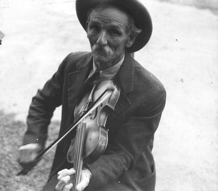 Fiddlin Bill Henseley, Mountain Fiddler, Asheville, North Carolina by Ben Shahn, 1937. Library of Congress. Public Domain via Wikimedia Commons.