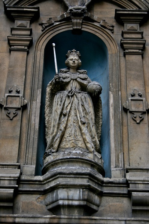 Statue_of_Queen_Elizabeth,_London_1