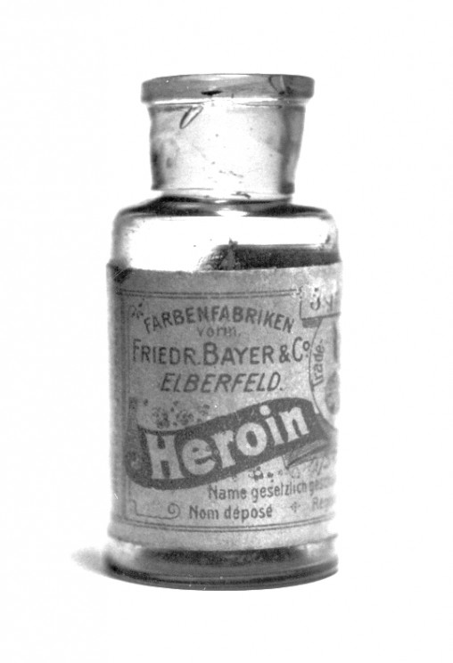 Pre-War heroin bottle, originally containing 5 grams of heroin substance, by Mpv_51. Public domain via Wikimedia Commons.
