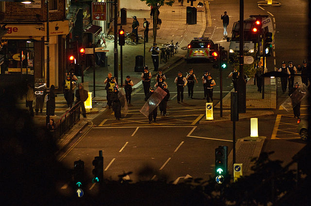 Police_push_back_rioters_in_Camden,_2011
