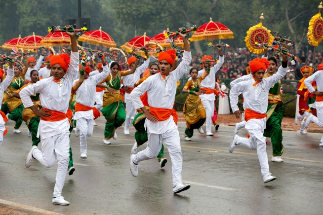 Dancers_performing_in_the_2015_Republic_Day_Parade_in_New_Delhi