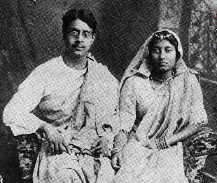 Sukumar Ray with his wife Suprabha Ray in a studio (1914). Calcutta State Archive. Public domain via Wikimedia Commons.