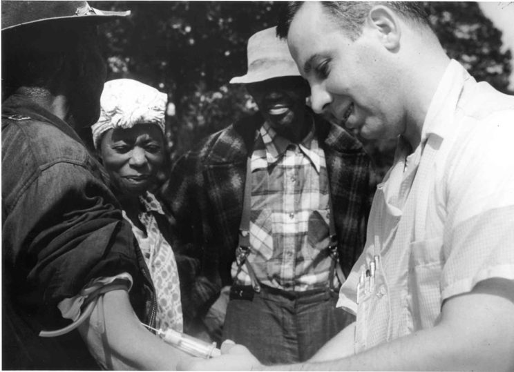 1200px-Tuskegee-syphilis-study_doctor-injecting-subject
