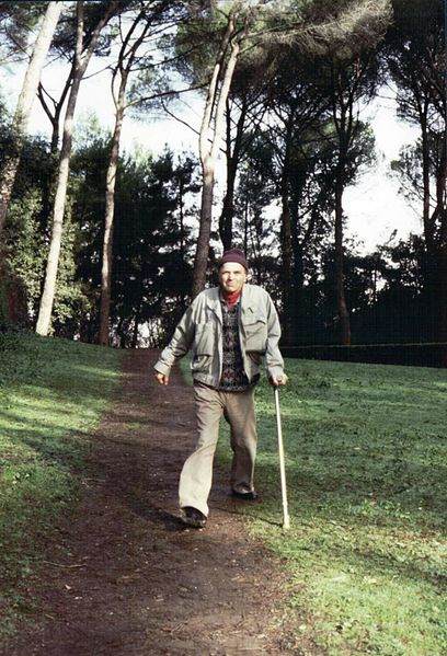 Paul Feyerabend enjoying a stroll in Rome, Italy. Attributed to Grazia Borrini-Feyerabend via Wikimedia Commons.